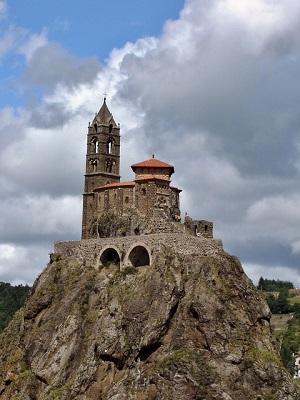 Chapelle au sommet du rocher d'Aguilhe, piton rocheux rest chéminée volcanique dans le Puy en Velay