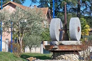 Meules de pierre de moulin, outil traditionnel de trituration de l'AOP Huile d'olive d'Aix-en-Provence