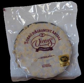 La pâte de ce nougat d'Agramunt IGP aux noisttes est dure mais se mange sans effort et donne une sensation croustillante dans la bouche tout en fondant sur la langue